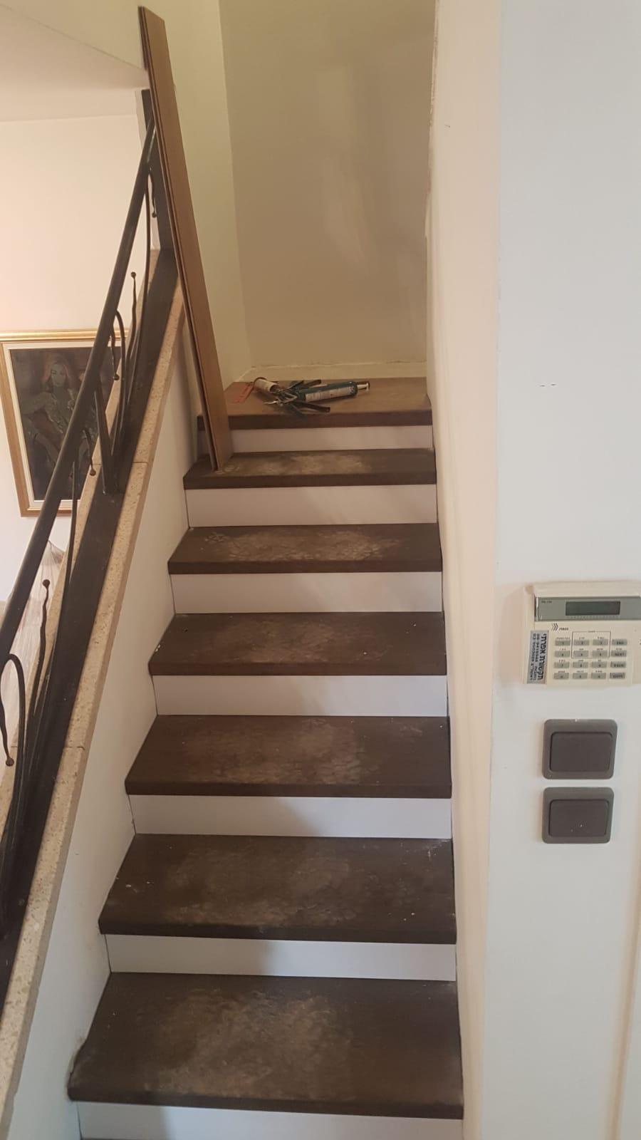 מדרגות בוטשר בגוון מעושן