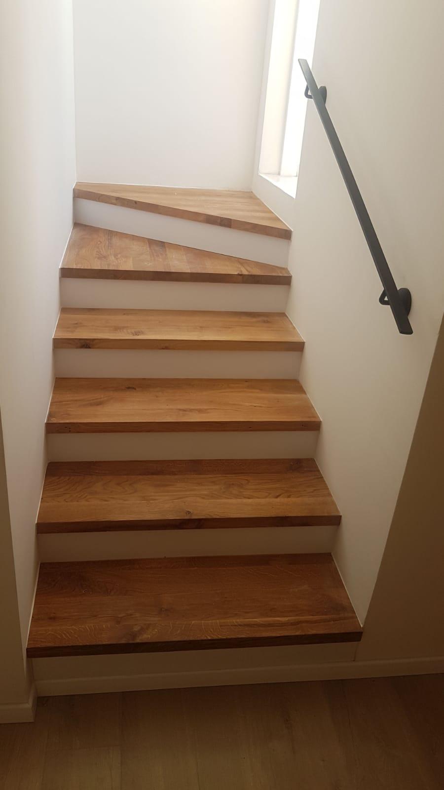 מדרגות לבית עם רצפת פרקט